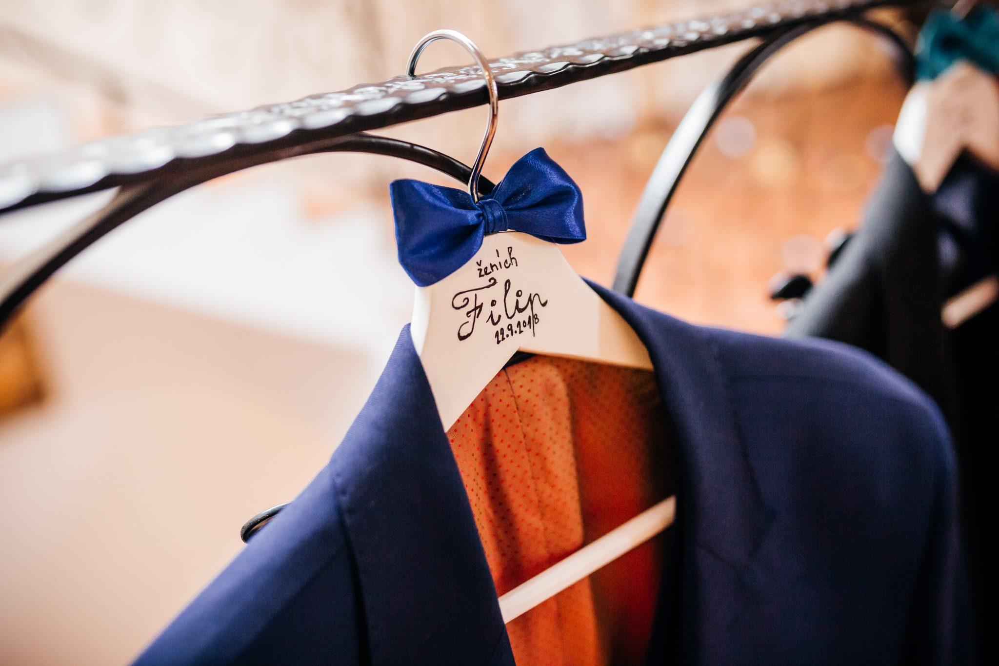 fffeb73b63b6 Proces výberu obleku a následného šitia by mal začať najneskôr 2 až 3  mesiace pred svadbou. Najmä ak sa ženíte počas svadobnej sezóny