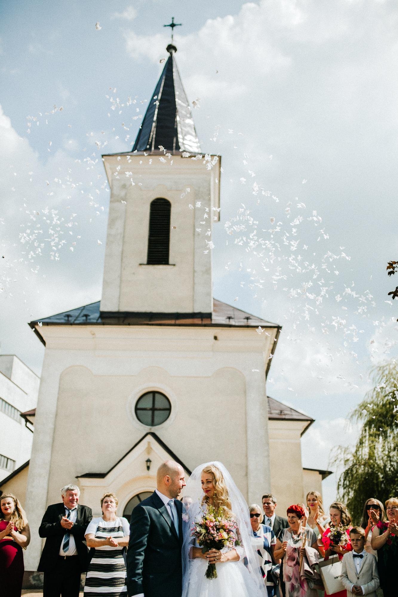 989eb3ac7148 Hrali na svadbe mojej sestry a veľmi sa mi to páčilo. Pri príchode do  kostola nám nádherne hrali na husliach. Kris ma videl prvýkrát až v  kostole